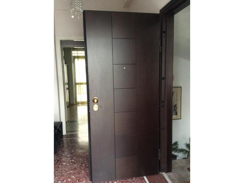 Πόρτα ασφαλείας Καλλιθέα με επένδυση μαρκετερί Δρυς λούστρο σκούρο Δείτε έργα μας