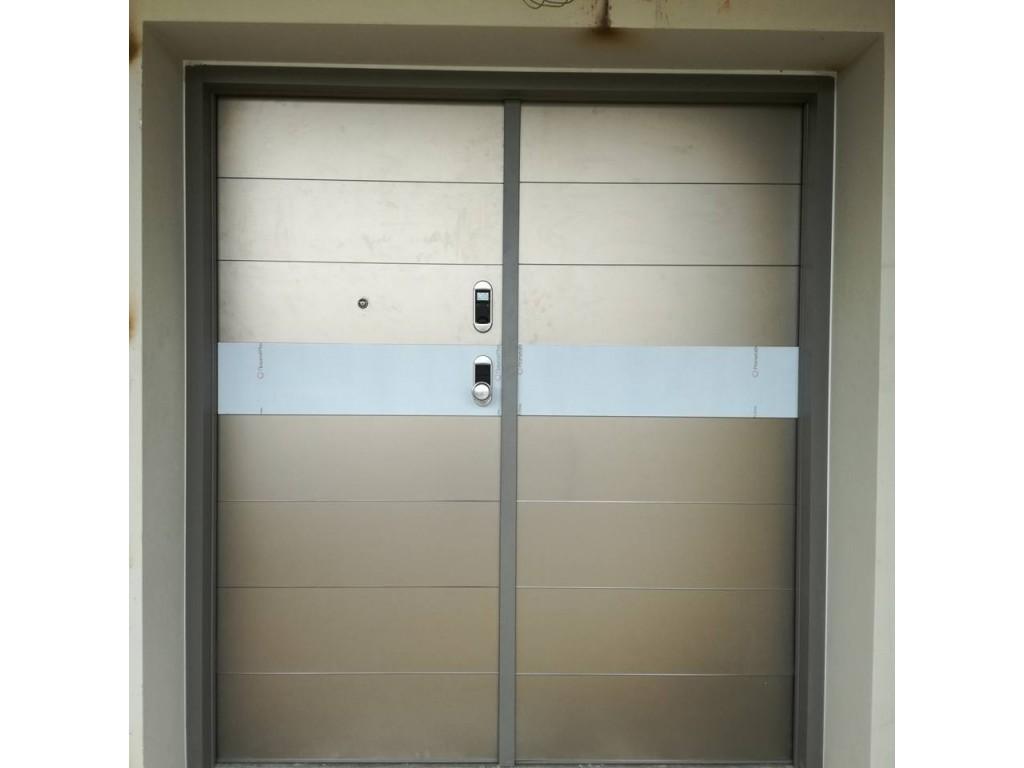 Πόρτα ασφαλείας DIERRE ELETTRA δίφυλλη με επενδύσεις από τζάμι σατινέ Δείτε έργα μας