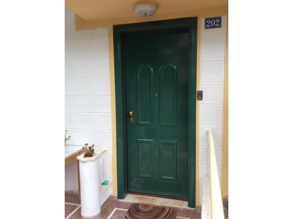 Πόρτα εισόδου μονοκατοικίας με επένδυση από αλουμίνιο σε χρώμα RAL στην Καλλιθέα Δείτε έργα μας