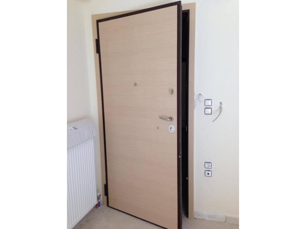 Θωρακισμένη πόρτα Καλλιθέα με επενδύσεις laminate επίπεδες σε χρώμα Sbiancato Δείτε έργα μας