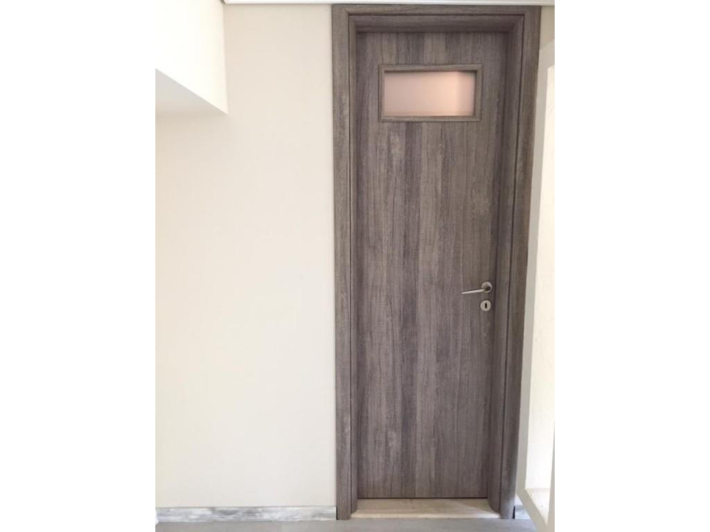 Εσωτερική πόρτα Καλλιθέα με άνοιγμα για τζάμι για μπάνιο Δείτε έργα μας