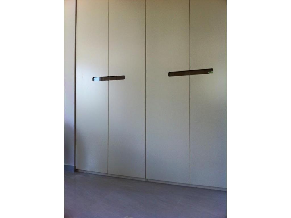 Ανοιγόμενη ντουλάπα σε βαφή λάκας με χωνευτή λαβή  από γυαλί Ιδέες για ντουλάπες